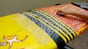 limpando-parafina-prancha-de-surf